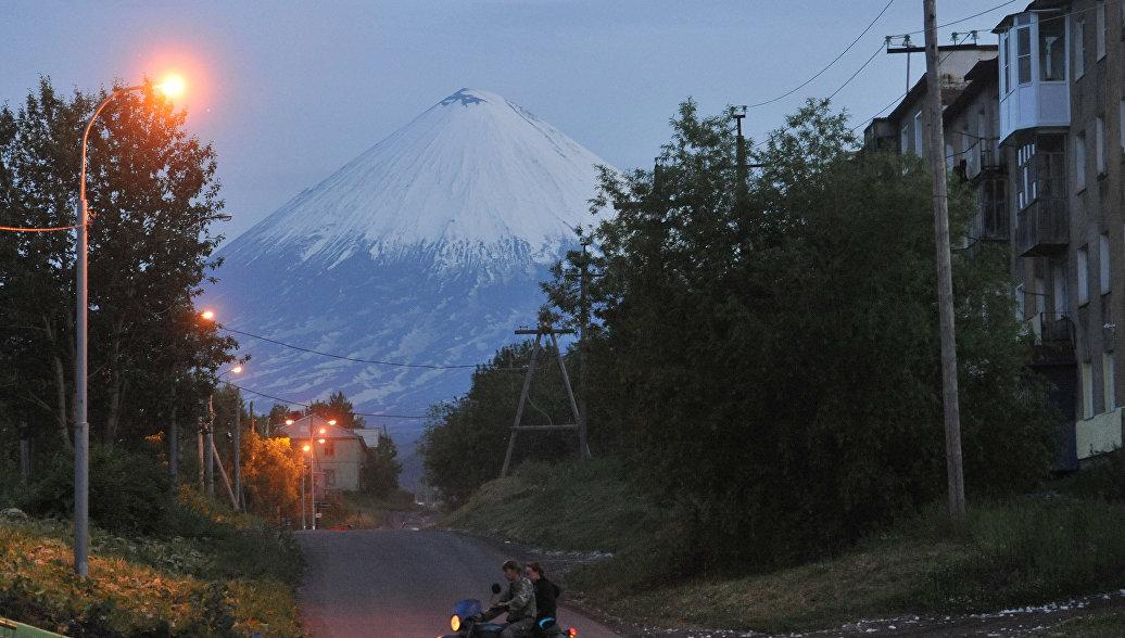 Вулкан Эбеко на Курилах выбросил двухкилометровый столб пепла