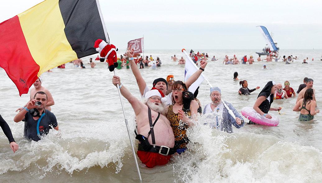 Бельгийцы устроили заплыв в ледяной воде в честь Нового года