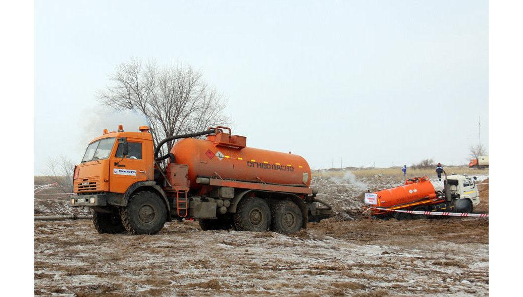 Спасатели собрали разлившуюся нефть после ЧП под Саратовом