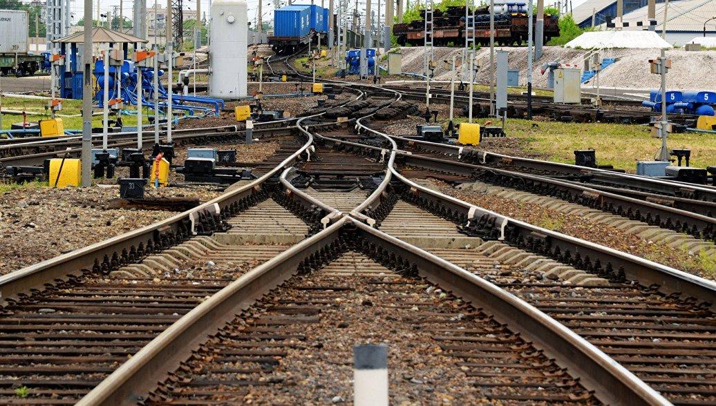 В Приморье две 15-летние девушки попали под поезд