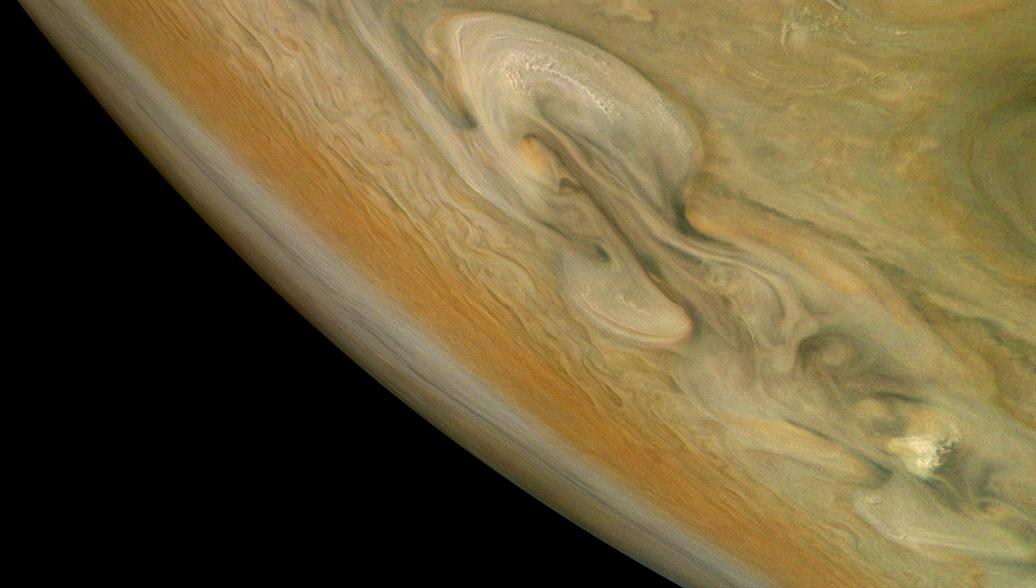 NASA опубликовало снимки бури на Юпитере