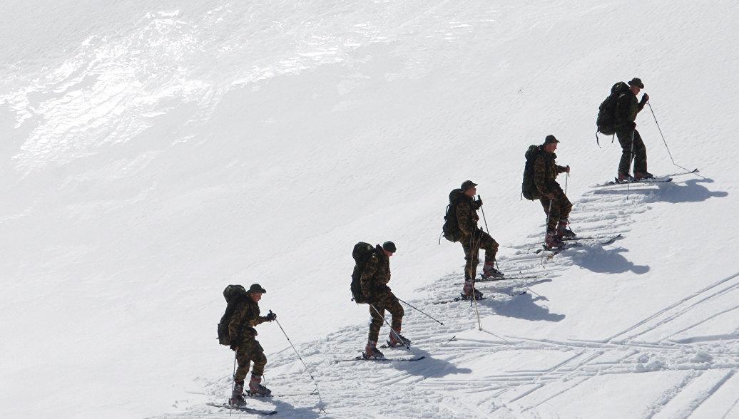 В горах Армении разведчиков ЮВО учат беззвучно ходить на лыжах