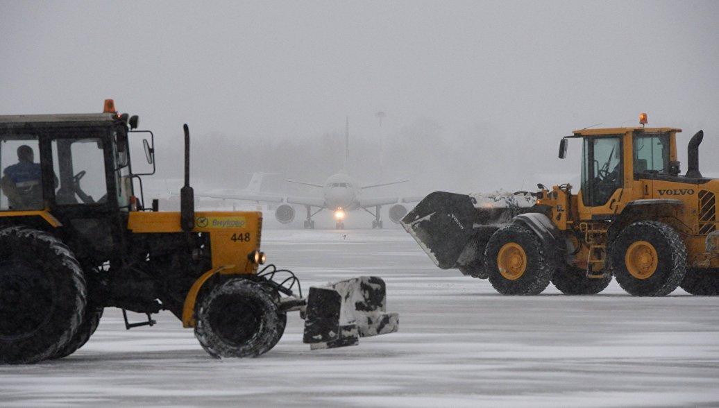Пассажиров выпустили из самолета во Внуково после пяти часов ожидания