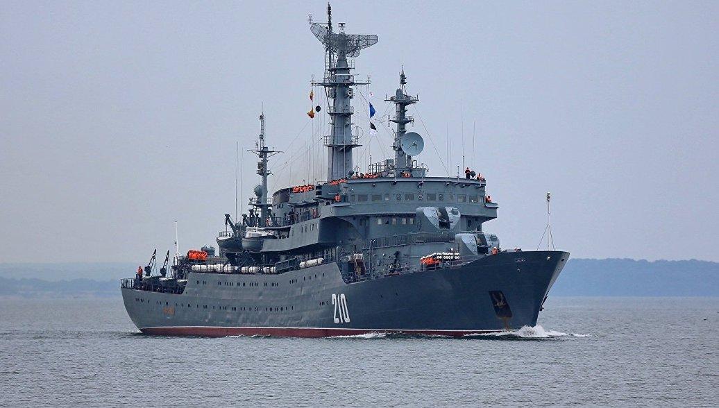 В разных морях и океанах присутствуют до ста кораблей и судов ВМФ