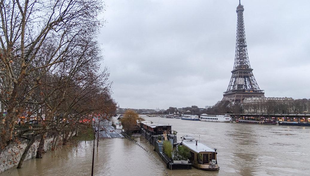 Эйфелеву башню закрыли для туристо
