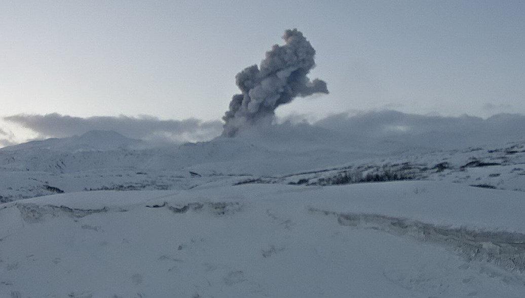 На Курилах вулкан выбросил столб пепла почти на три километра
