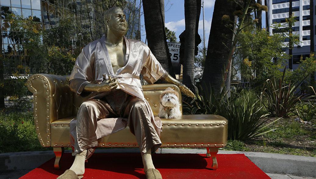 В Голливуде установили статую Вайнштейна на диване и с