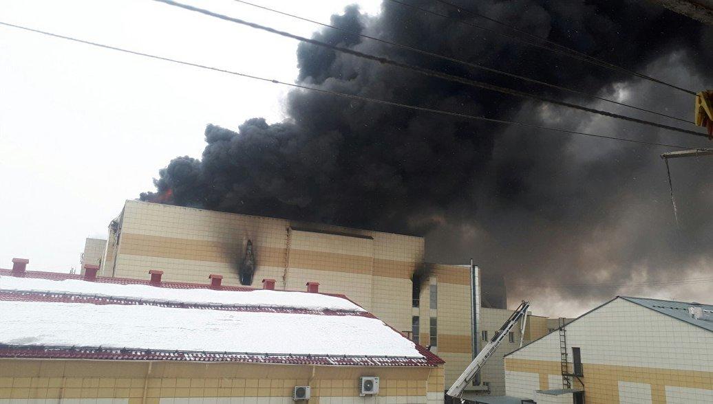 Пожар в кемеровском торговом центре частично локализовали