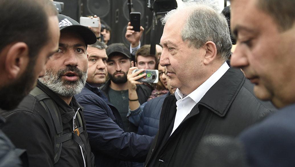 Революция вЕреване: протестующие блокируют строение руководства, начались стычки сполицией