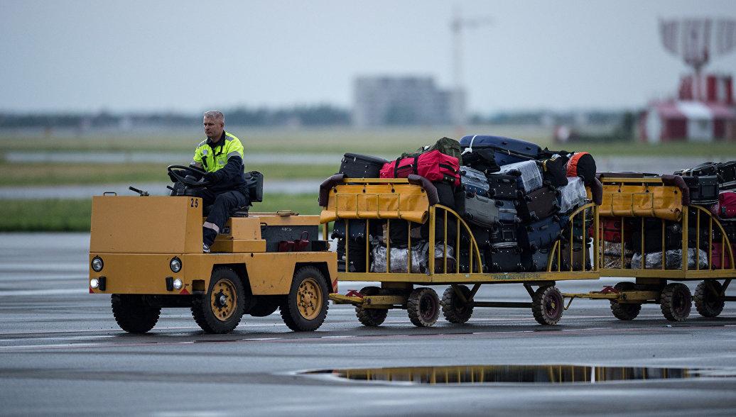 Грузчики AirAsia необычным образом продемонстрировали заботу о багаже пассажиров
