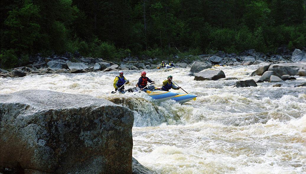 В Башкирии ищут двух туристов, перевернувшихся на катамаране на реке