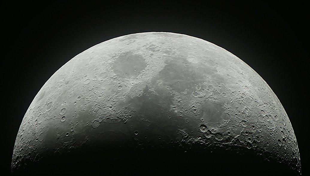 США предложили России свои скафандры для лунной станции, рассказал источник