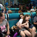 В московских аэропортах запретили лежать на креслах и кататься на животных