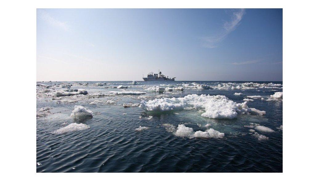 Около десяти рыбаков оказались на льдине в Охотском море