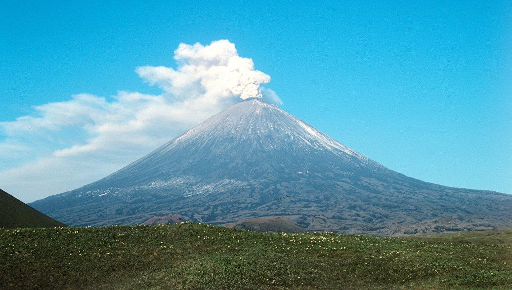 На Камчатке столб пепла от вулкана Ключевской поднялся на высоту десять километров