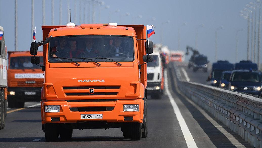 Колонны автомобилистов и байкеров встретились на арке Крымского моста