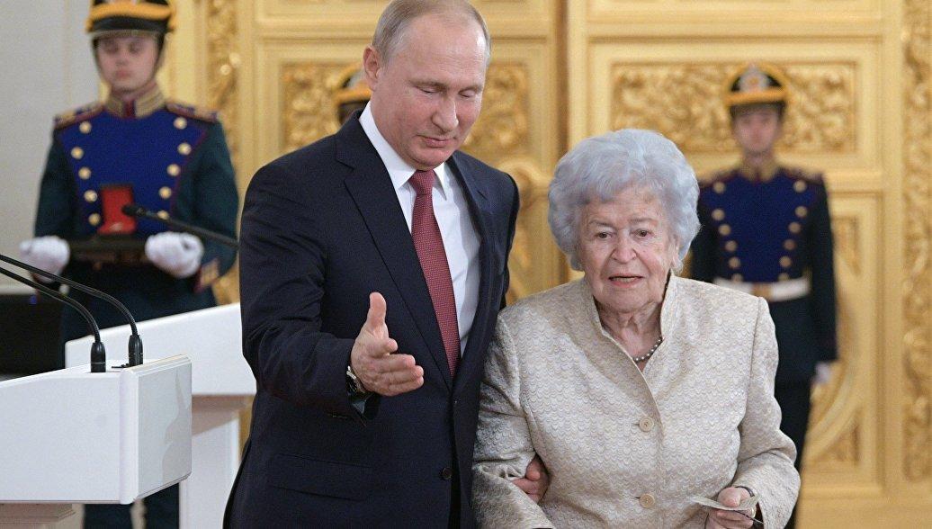 Путин вручил госпремию Ирине Антоновой