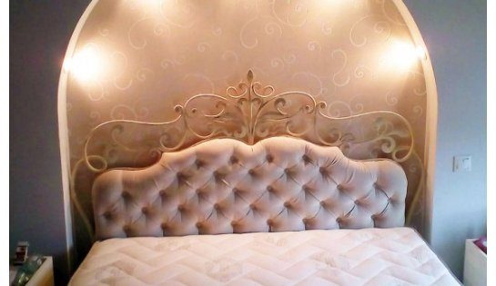 Спальные комнаты, в которых уместны кованые кровати