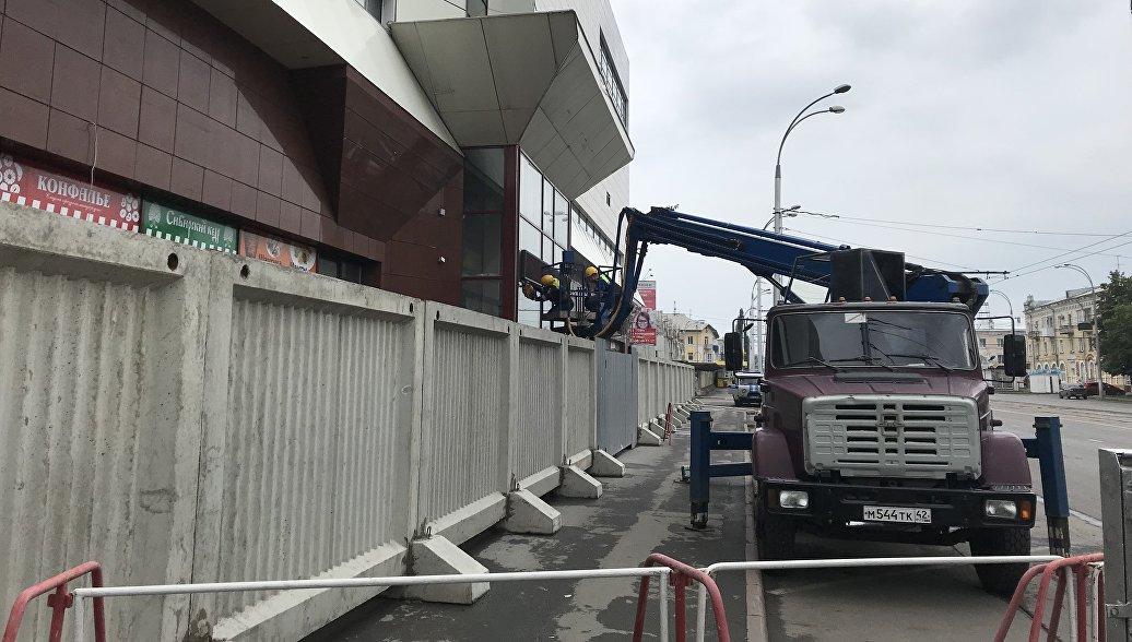 В Кемерово начали демонтаж внешних элементов на здании ТЦ
