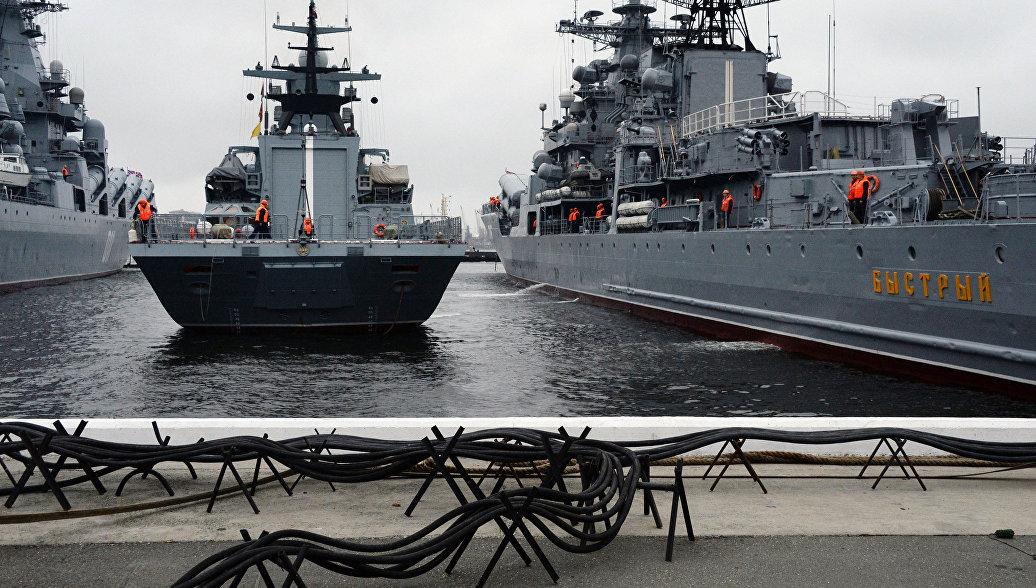 Суда ТОФ устанавливают оборудование для парада в День ВМФ во Владивостоке