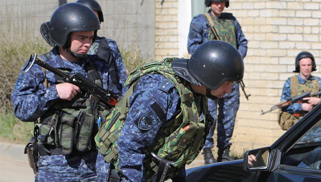 Силовики штурмуют дом под Хасавюртом, где забаррикадировались боевики