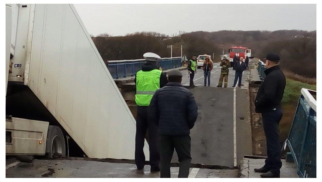 В РФ под большегрузом обвалился автомобильный мост— Видеосюжет