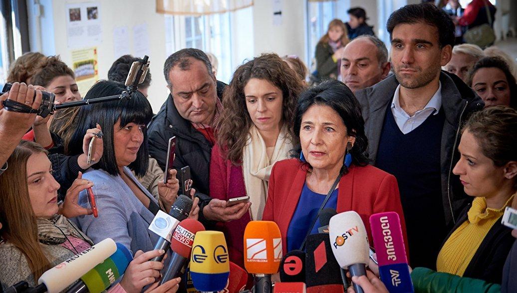 У штаба Зурабишвили в Грузии после закрытия участков собрались журналисты