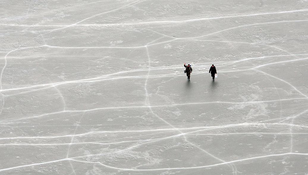 В Якутии восемь рыбаков унесло в море на льдине