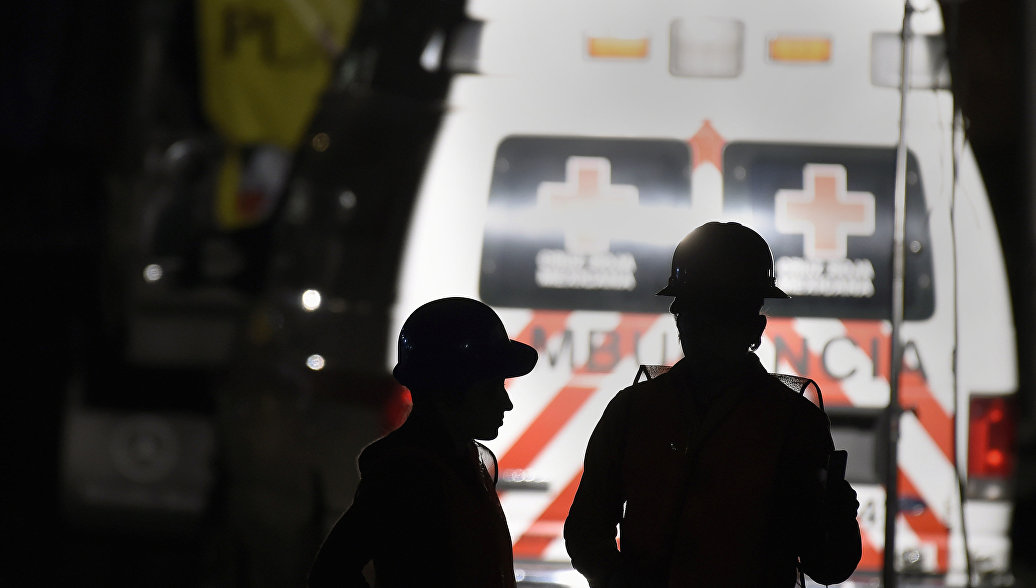 В Мексике два человека погибли при падении легкомоторного самолета на дорогу