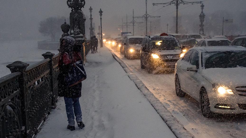 Более тысячи спецмашин будут ночью убирать снег в Петербурге