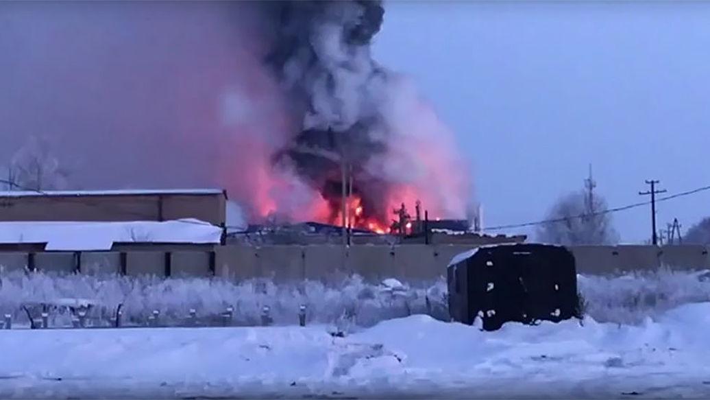 МЧС не нашло превышения ПДК вредных веществ у горящего завода в Оренбуржье