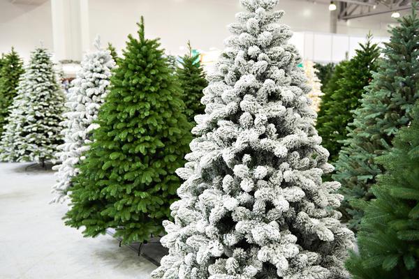 Искусственные елки разных размеров и комплектации